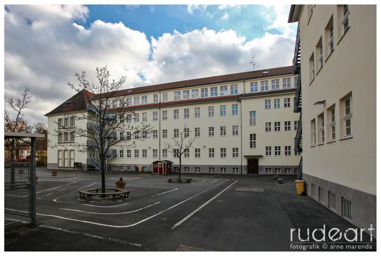 Innenhof der Friedrich-Rückert-Schule, links hinten die Aula